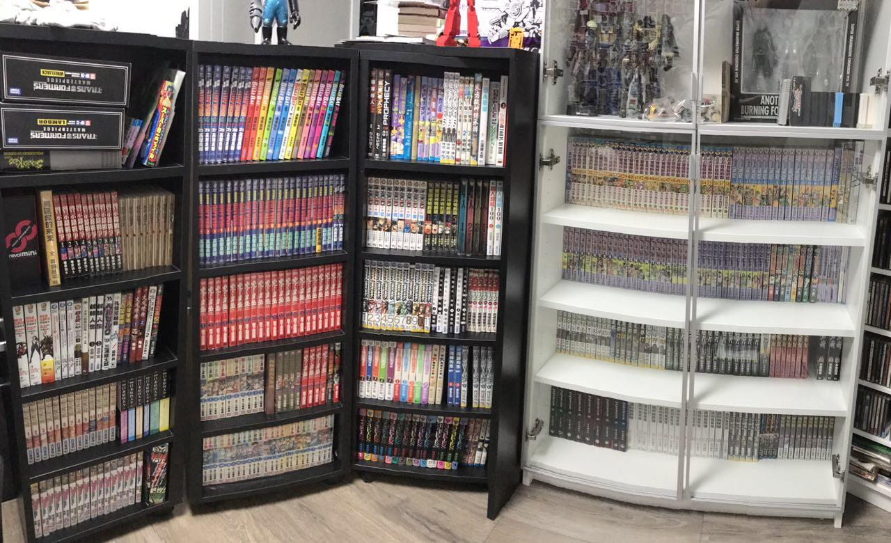 左边是本文主角漫画柜的三柜拉出横向展示,右边是宜家的Billy作为对比 。