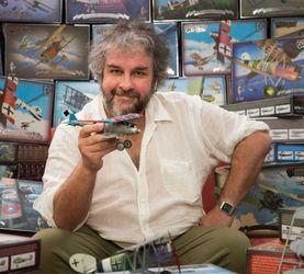 他用拍《指环王》赚的钱开了家飞机模型公司