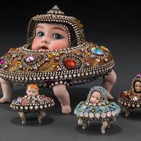 贝琪·扬奎斯特的超现实主义作品将人类特征与串珠、动物结合在一起