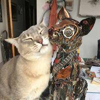 回收的废弃物被制成了古怪的金属动物
