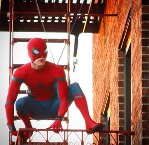 《蜘蛛侠:返校日》全新片场照 这张好赞!
