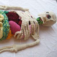 用羊毛编织而成的真人大小的人体模型